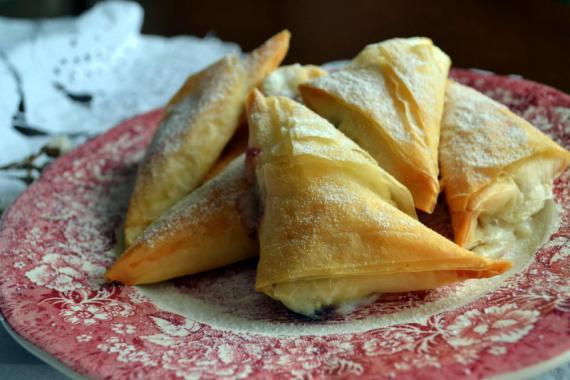 vişneli fındıklı üçgen börekler