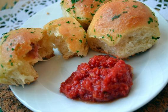 domates soslu peynirli ekmekçikler